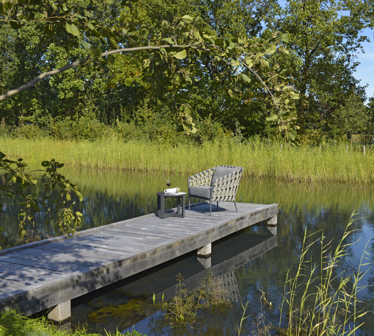2019 Borek Ardenza belt Tavira lounge chair Studio Borek - Dekton Faro side table Bertram Beerbaum (panorama).jpg