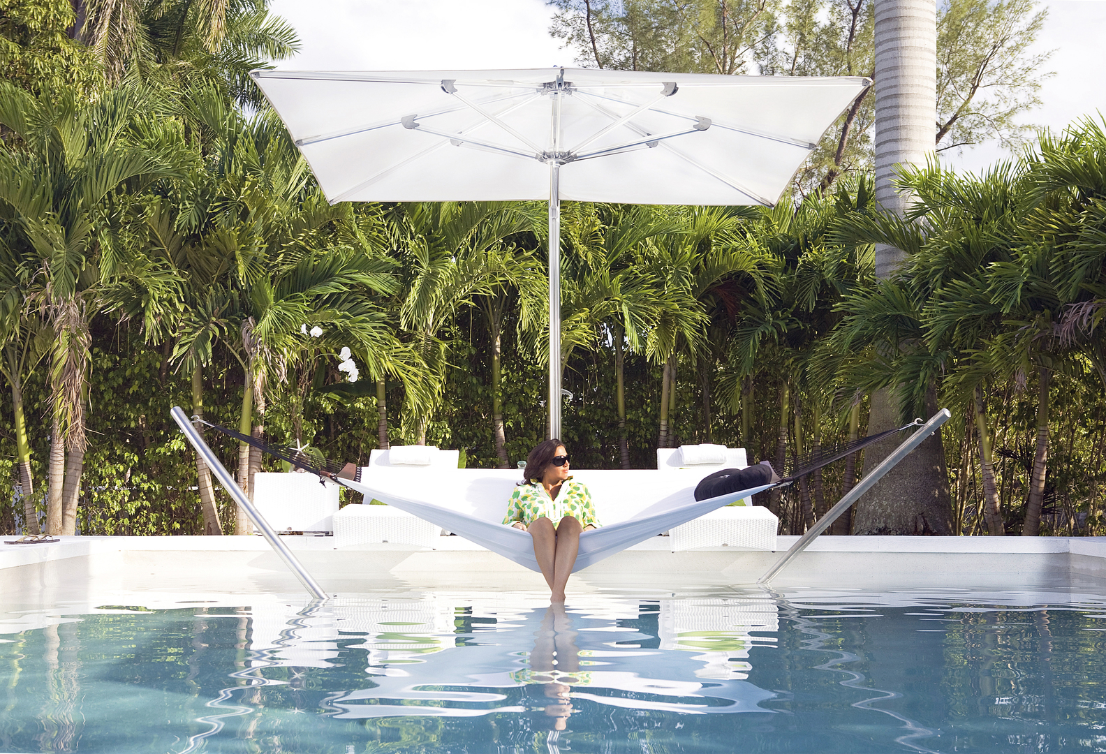 OM MAX CANTILEVER AIR LOUNGE LIFESTYLE.jpg