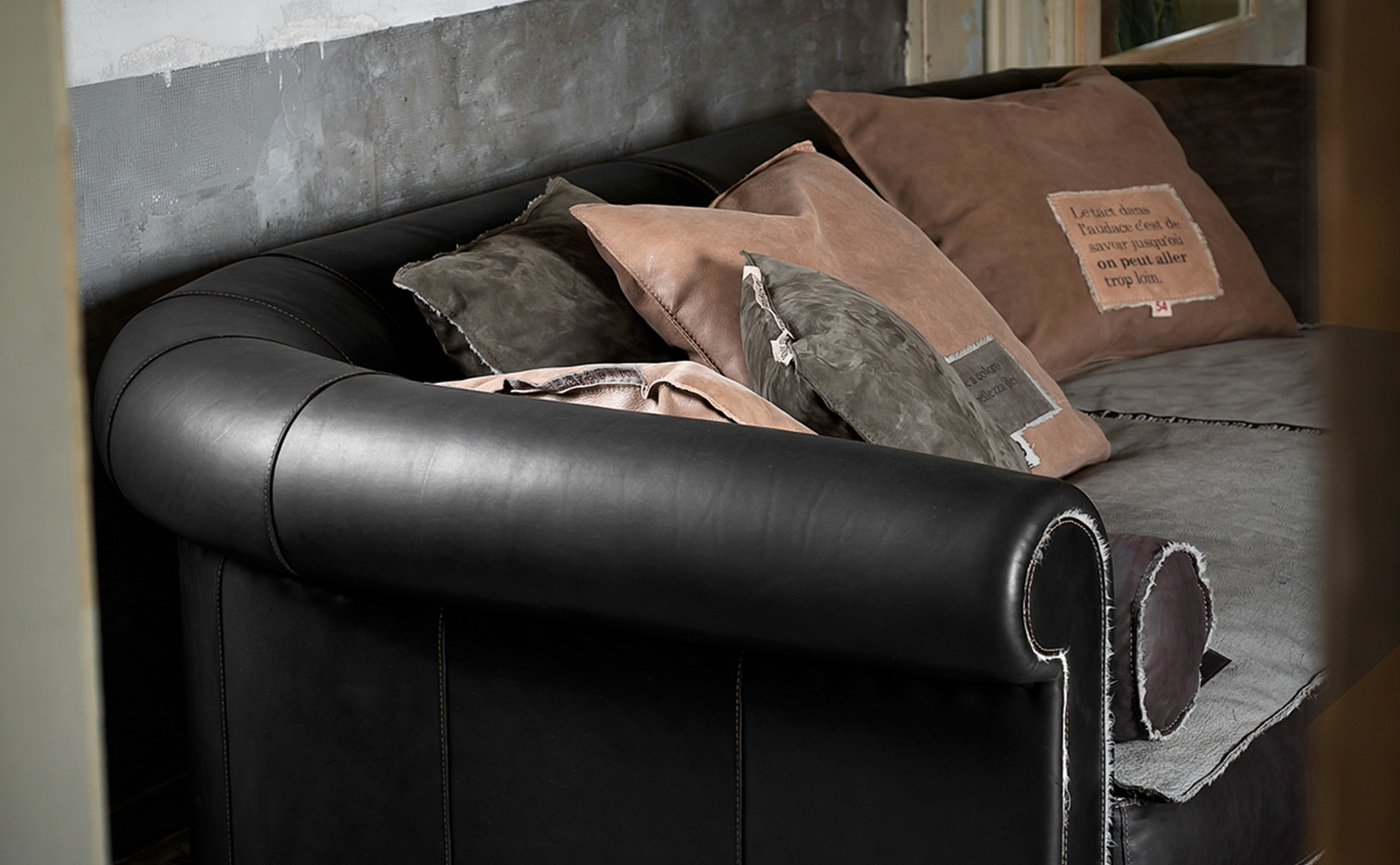 AlfredSpecialEditionTrench_sofa_02.jpg