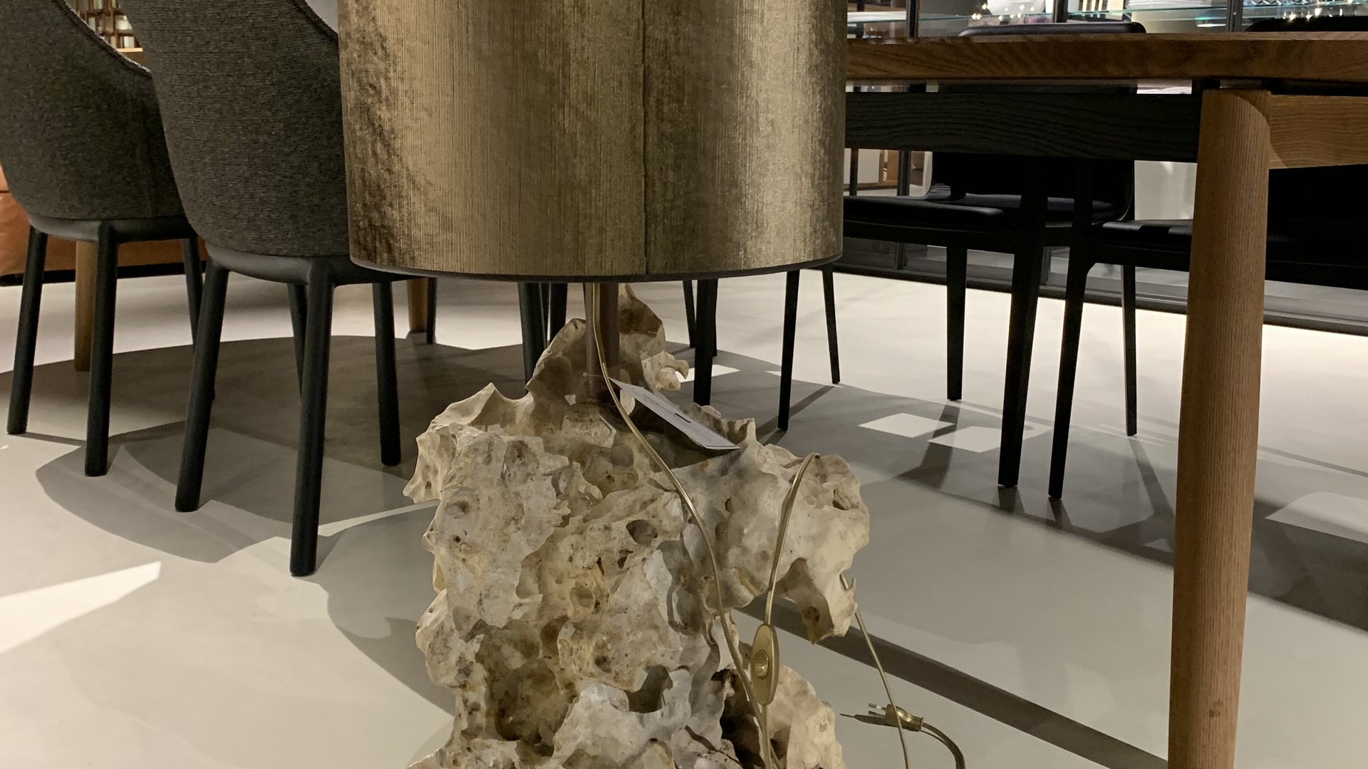 IMG-2783 (002).jpg lamp met voet van steen.jpg