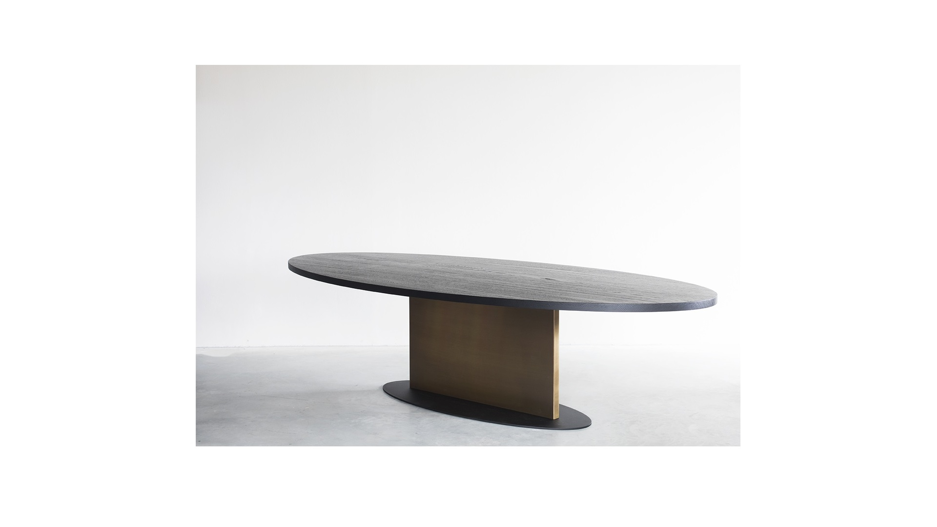 Opium oval table with brass (1) klein.jpg